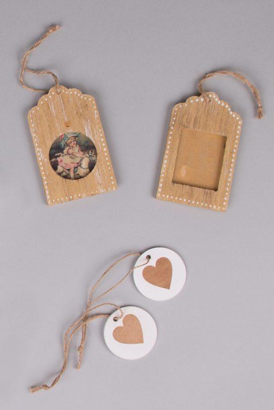 Ξύλινες ετικέτες-φωτογραφοθήκες (φυσική απόχρωση) και ξύλινα κρεμαστές καρδούλες για τη διακόσμηση του γάμου ή της βάπτισης.