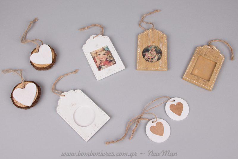 Ξύλινες κρεμαστές καρδούλες και φωτογραφοθήκες μινιατούρες για διακόσμηση σε μίνιμαλ τόνους.