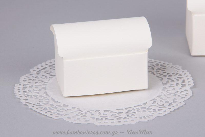 Κουτιά-μπαουλάκια, διακοσμημένα με χάρτινη δαντέλα.