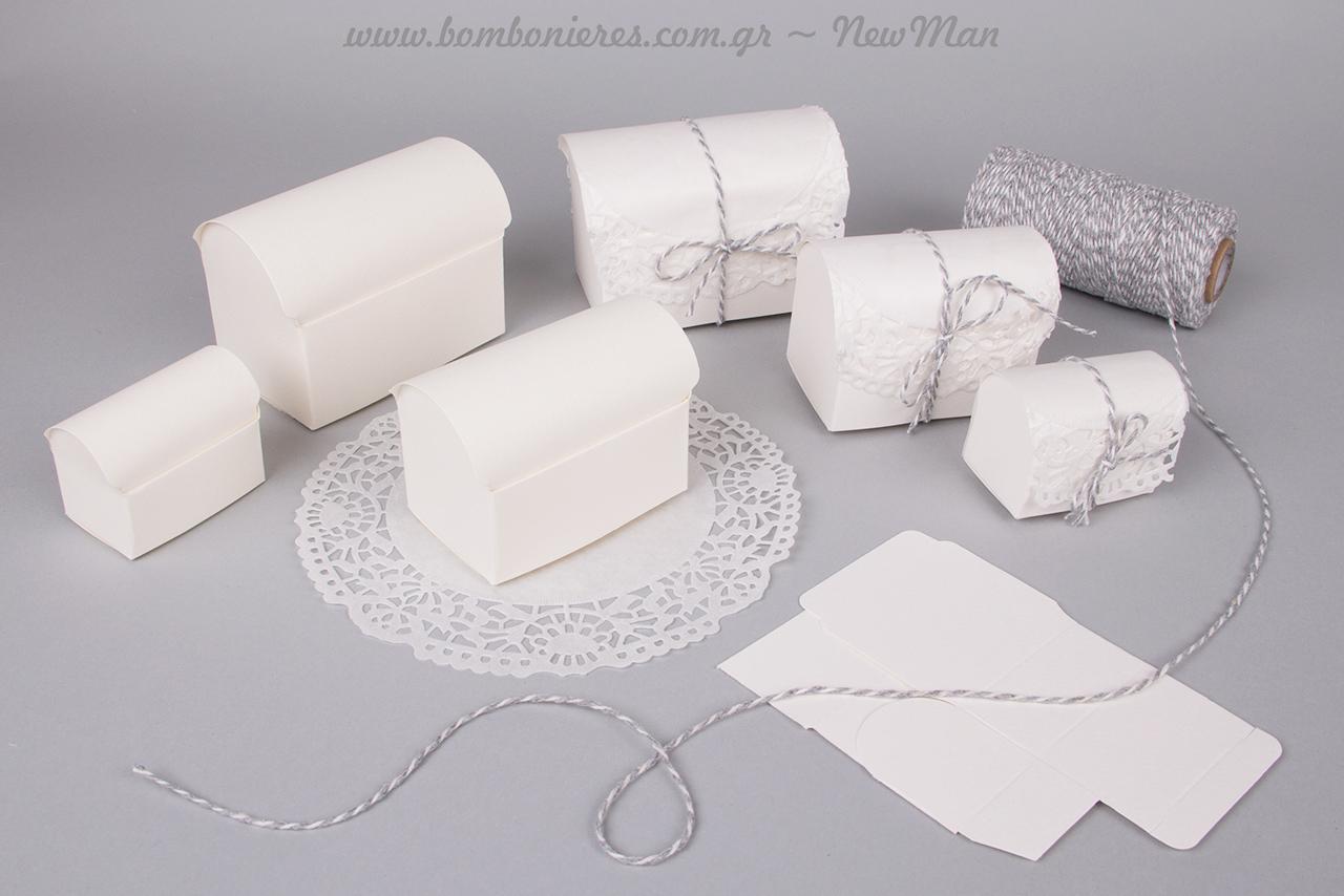 Μπομπονιέρα-μπαουλάκι, διακοσμημένο με χάρτινη δαντέλα σε λευκό και δίχρωμο σπάγκο (γκρι-άσπρο).