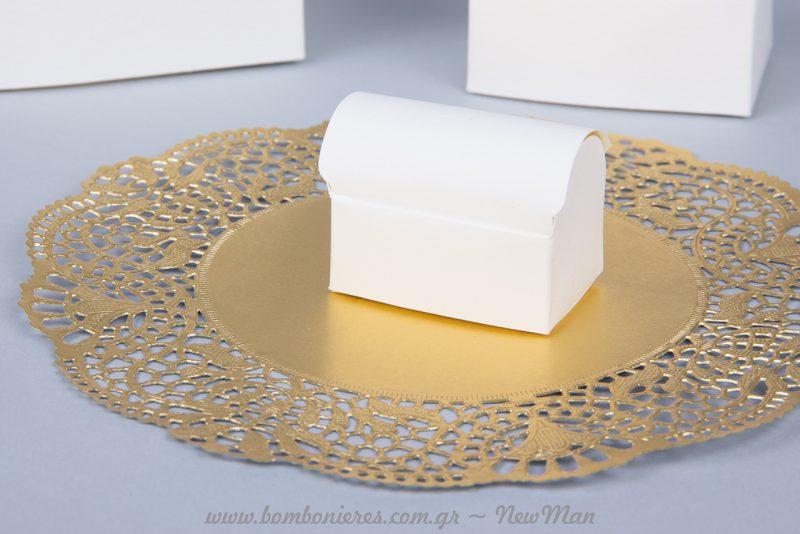 Κουτιά-μπαουλάκια, διακοσμημένα με χάρτινη δαντέλα σε χρυσό.