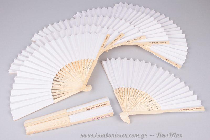 Ξύλινες βεντάλιες με χαρτί (σε λευκό) και υπέροχα σκαλιστά σχέδια στην επιφάνεια του ξύλου.