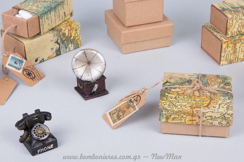 Πανέμορφο vintage τηλέφωνο μινιατούρα και μπομπονιέρες με χάρτες.