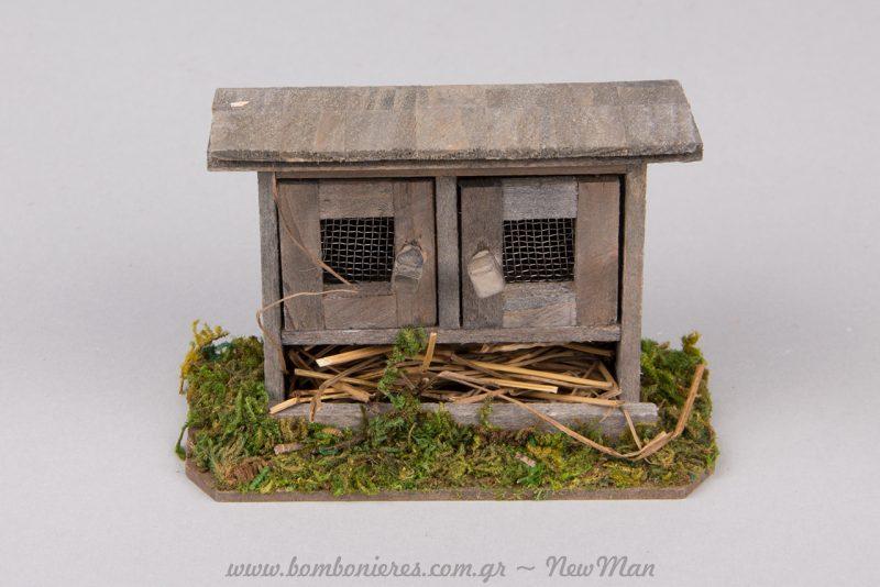 Ξύλινο κλουβί πουλερικών με υπέροχες λεπτομέρειες.