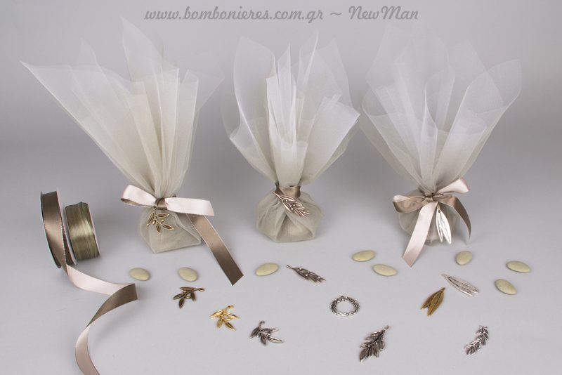 Τούλινη μπομπονιέρα με θέμα ελιά και μεταλλικά διακοσμητικά φύλλα ή κλαδιά σε ποικιλία αποχρώσεων.