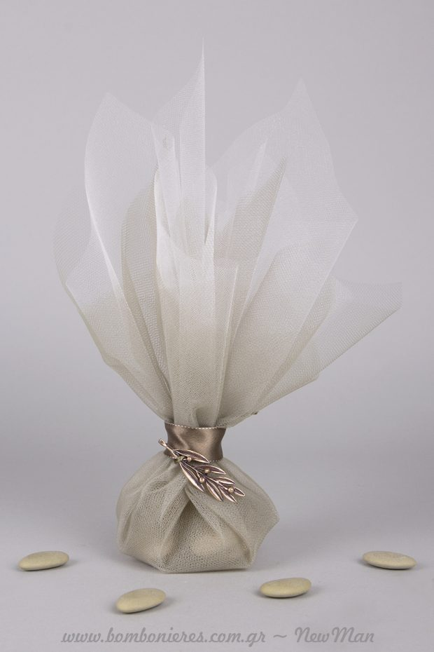Τούλινη μπομπονιέρα σε ασημί- λαδί και μεταλλικό κρεμαστό φύλλο σε ασημένια απόχρωση (099189).