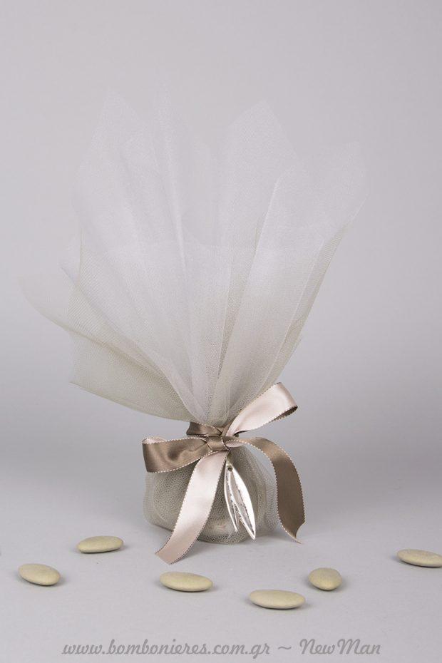 Τούλινη μπομπονιέρα, σατέν κορδέλα διπλής όψεως και μεταλλικό φύλλο ελιάς σε ασημί αντικέ (360149).