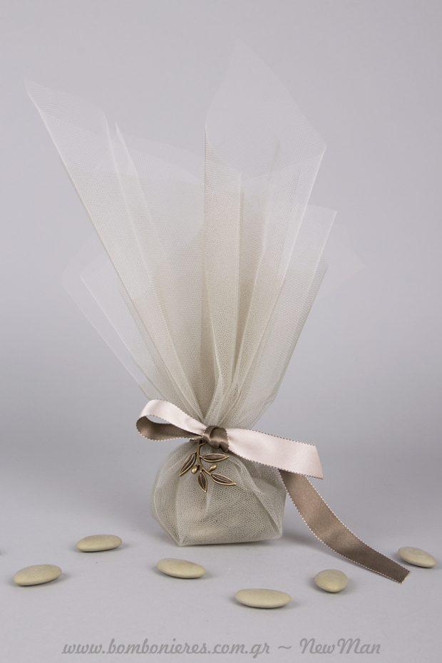 Μπομπονιέρα με θέμα ελιά σε ασημο- λαδί αποχρώσεις και κουφέτα Χατζηγιαννάκης σε αντίστοιχο χρώμα.