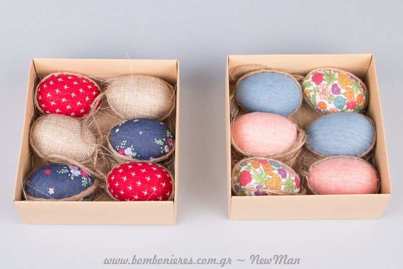 Ξύλινες διακοσμητικές κοτούλες και εμπριμέ υφασμάτινα αβγά (κρεμαστά).
