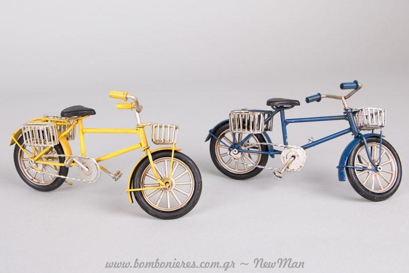 Μεταλλικά ποδηλατάκια με σχάρες και καλαθάκια για τη βάπτιση ή τις πασχαλινές σας λαμπάδες.
