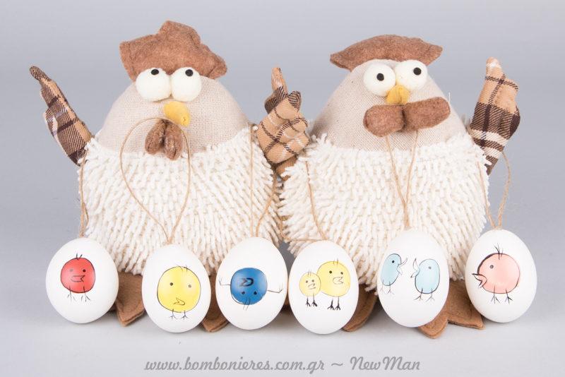 Πάνινα κοτοπουλάκια (15cm) και κρεμαστά πασχαλινά αβγά για μια διακόσμηση με χιούμορ.