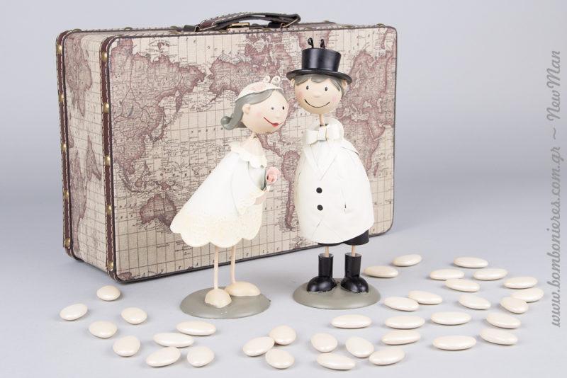 Ξύλινη βαλίτσα με χάρτη (30 x 20 x 10cm) και μεταλλικό ζευγάρι νεονύμφων για τον ρομαντικό σας γάμο.