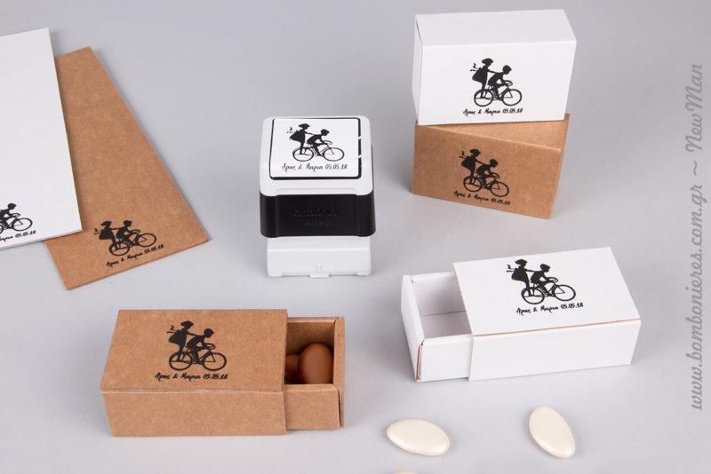 Μπομπονιέρα σε συρταρωτό κουτί Newman, με σφραγίδα Brother (ζευγάρι σε ποδήλατο).