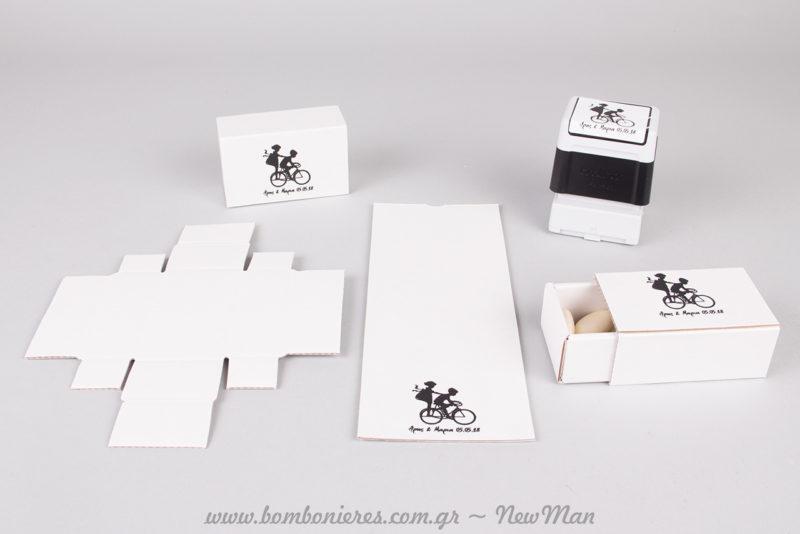 Black and white και ζευγάρι σε ποδήλατο για μια οικονομική μπομπονιέρα σε σπιρτόκουτο.