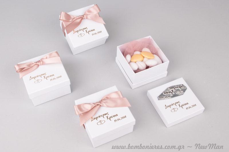 Μπομπονιέρα σε χάρτινο λευκό κουτί με τυπωμένα τα ονόματά σας και την ημερομηνία του γάμου σας.