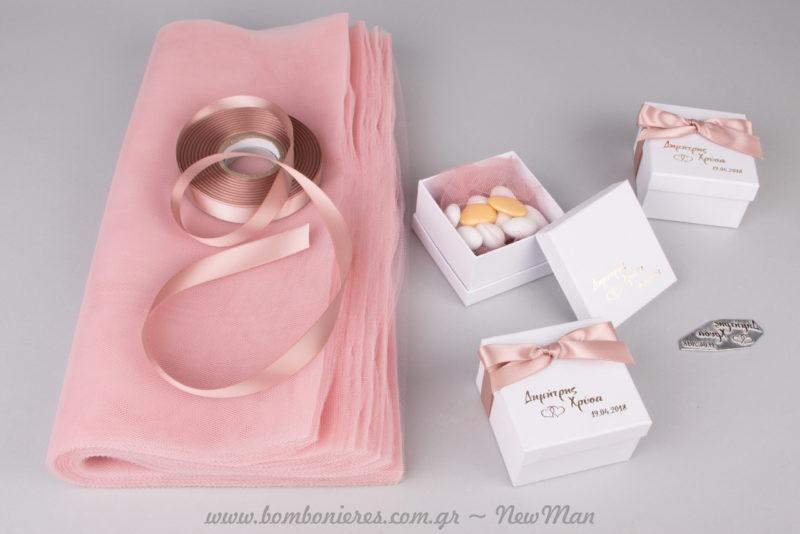 Διαλέξτε τούλι ελληνικό σε ροζ απόχρωση (εσωτερικά) και συνδυάστε το με την κορδέλα Poles Satin.