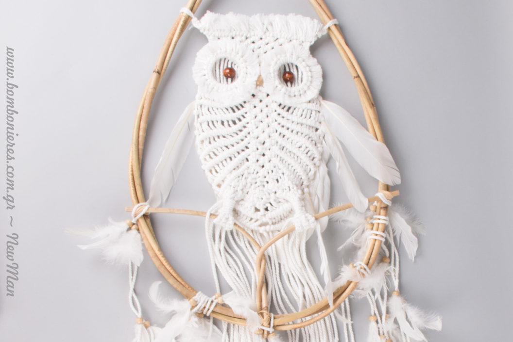 Ονειροπαγίδα με πλεκτή κουκουβάγια σε λευκή και φυσική απόχρωση.