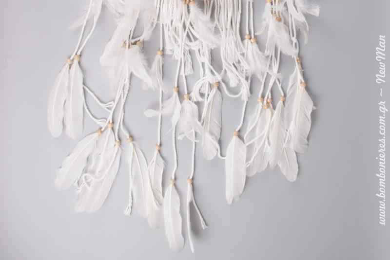 Υπέροχες λεπτομέρειες (φτερά και ξύλινες χάντρες) στο τελείωμα της ονειροπαγίδας.