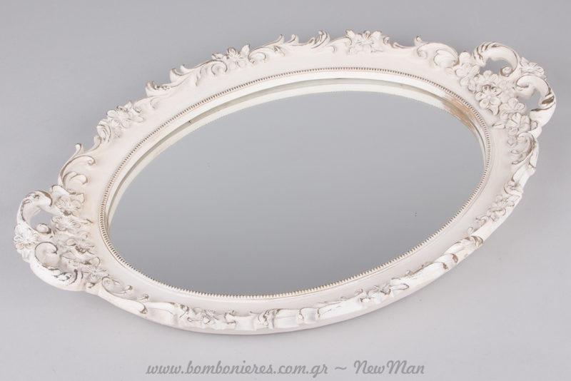 Καθρέφτης σε ρομαντικό ύφος και λευκό χρώμα ως centerpiece στη γαμήλια δεξίωση.