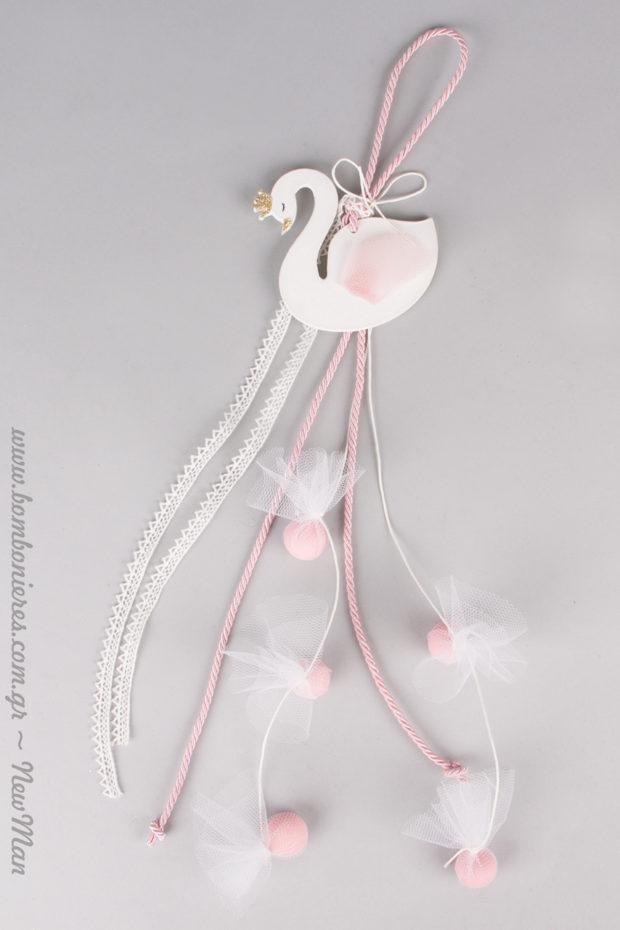 Αιθέρια κρεμαστή μπομπονιέρα με θέμα «Κύκνος» για τη βάπτιση της μικρής σας πριγκίπισσας.