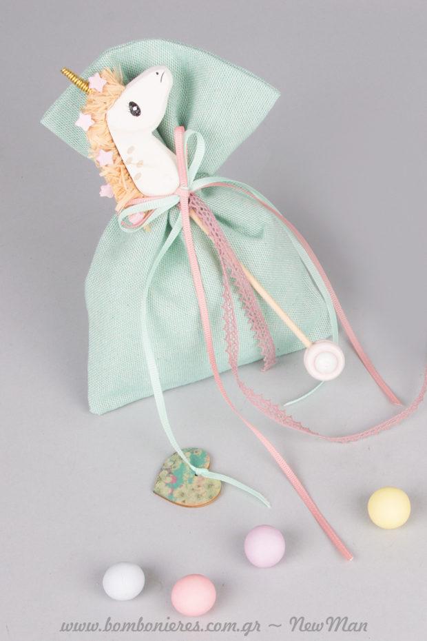 Μπομπονιέρα σε πουγκί (ροζ ή βεραμάν) με διακοσμητικό ξύλινο στικ Μονόκερω.