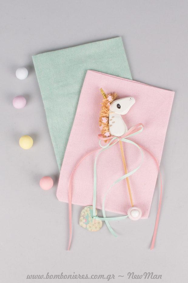 Τα υφασμάτινα πουγκιά σε ροζ ή βεραμάν (13 x 18cm) διατίθενται σε συσκευασία των 9 ή 10 τεμαχίων.