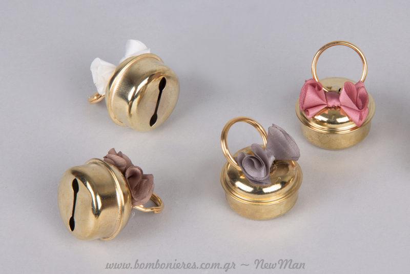 Τα κουδουνάκια γάμου με κρίκο και φιόγκο διατίθενται σε χρυσαφένια απόχρωση και σε συσκευασία των 2 τεμαχίων.