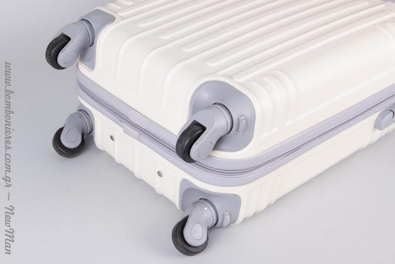 Κάθε βαλίτσα έχει 4 ροδάκια με περιστροφή 360 μοιρών.