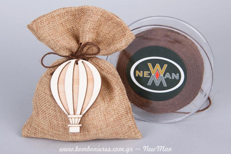 Μπομπονιέρα με ξύλινο αερόστατο σε φυσικούς τόνους (πουγκί) και κορδόνι γιούτα ψιλό.