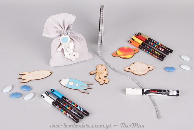 Μπομπονιέρα «Ο μικρός Αστροναύτης» σε λινό πουγκί με ζωγραφισμένα ξύλινα διακοσμητικά (πύραυλος, πλανήτες, αστροναύτης).
