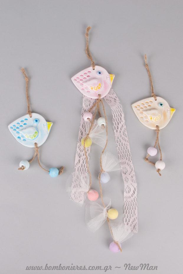 Κρεμαστή μπομπονιέρα «τσίου-τσίου» με διακοσμητικά πουλάκια από γύψο και υφασμάτινο Crochet.
