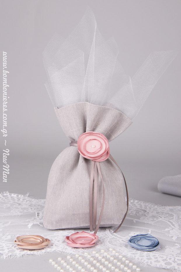 Ρομαντική μπομπονιέρα σε γκρι πουγκί, διακοσμημένο με υφασμάτινο λουλούδι (στυλ καμμένο).