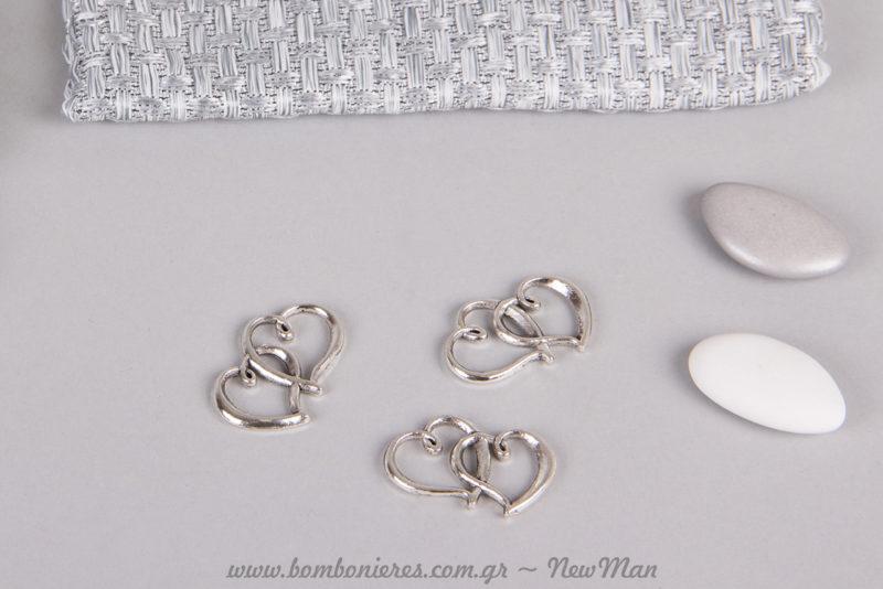 Μεταλλικές διακοσμητικές διπλές καρδούλες (31 x 17mm) και κουφέτα σοκολάτας Bijoux Supreme σε λευκή ή γκρι-ασημί απόχρωση.