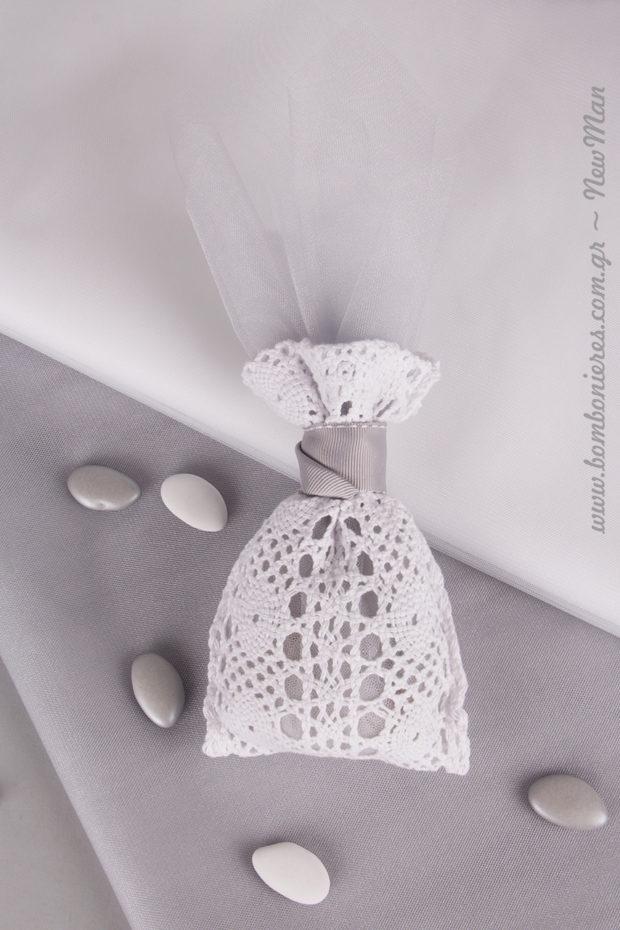 Δαντελένιο λευκό πουγκί, συνδυασμένο με γαλλικό κρυσταλλιζέ τούλι σε ασημί απόχρωση και κορδέλα γκρο με γαζί επίσης σε γκρι- ασημί.