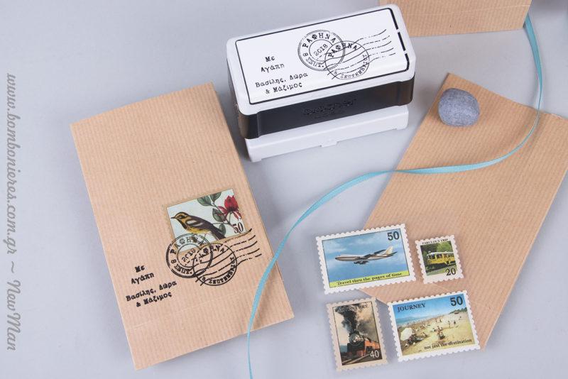 Γραμματόσημα, σφραγίδες, και κορδέλα γκρο θα δώσουν ζωή και στυλ στα χάρτινους φακέλους kraft (95 x 165 x 50mm).