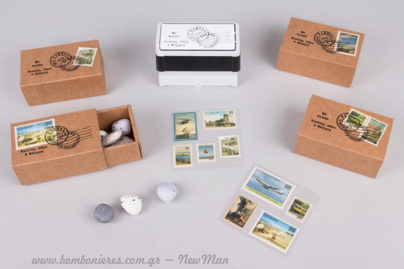 Συρταρωτό κουτί (τύπου σπιρτόκουτο), διακοσμημένο με γραμματόσημα και προσωποποιημένες σφραγίδες Brother.