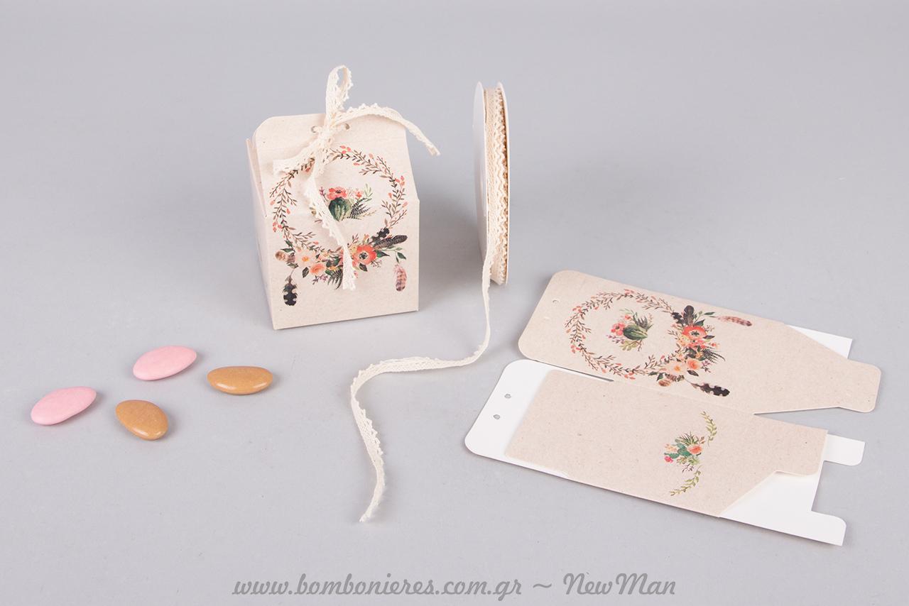 Ρομαντική μπομπονιέρα σε χάρτινο κουτί με φλοράλ μοτίβο, διακοσμημένο με δαντελοκορδέλα.