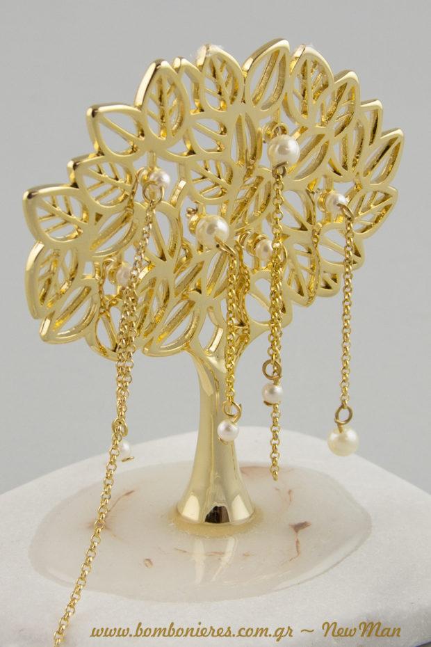 Μπομπονιέρα - Δέντρο της Ζωής σε χρυσαφένια απόχρωση με φυλλαράκια και πέρλες πάνω σε βότσαλο.