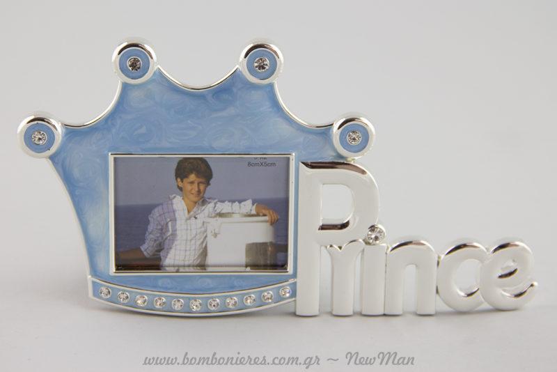 Κορνίζα Prince σε γαλάζιο χρώμα με ασημένιες λεπτομέρειες για τη διακόσμηση του παιδικού δωματίου ή τη βάπτιση.