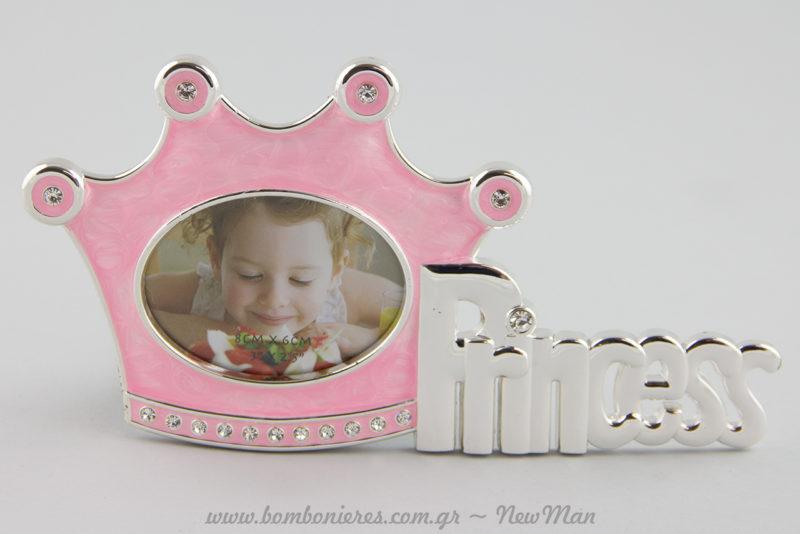 Κορνίζα Princess σε ροζ χρώμα με ασημένιες λεπτομέρειες και λαμπερά στρασσάκια για τη μικρή σας πριγκίπισσα.