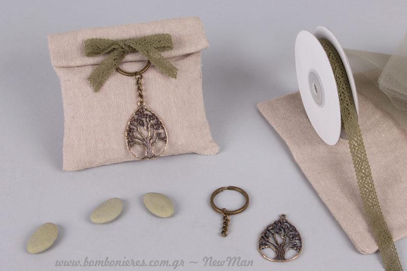 Υφασμάτινο πουγκί διακοσμημένο με δαντεκορδέλα στο χρώμα της ελιάς και Δέντρο της Ζωής (μπρελόκ) για την μπομπονιέρα γάμου.