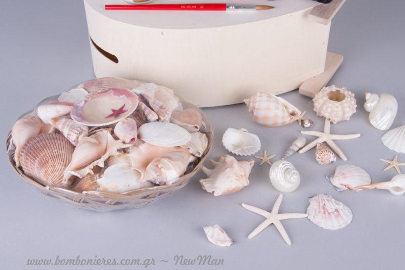 Ολοκληρώστε την καλοκαιρινή/θαλασσινή ατμόσφαιρα του τραπεζιού των ευχών με καλαθάκι γεμάτο κοχύλια ή διάσπαρτα κοχύλια.