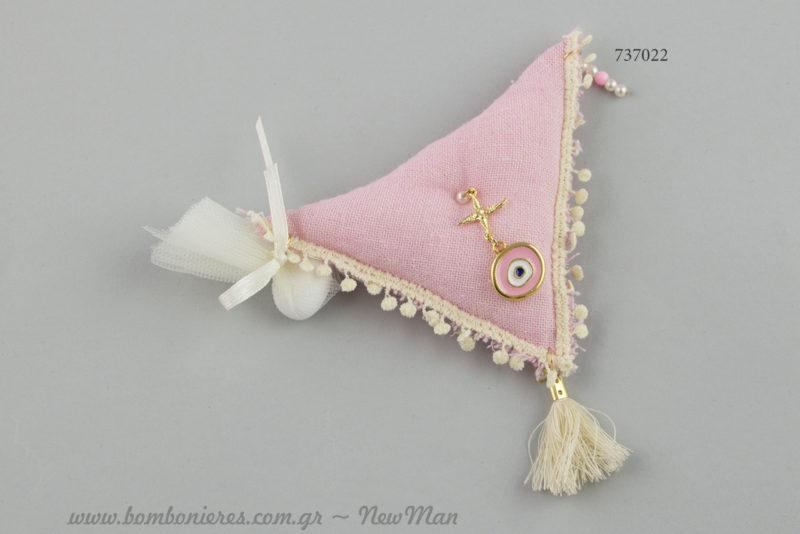 Κοριτσίστικη μπομπονιέρα με μαξιλαράκι (τρίγωνο) και ματάκι για βάπτιση σε στενό κύκλο.