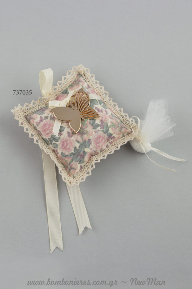 Φλοράλ μαξιλαράκι και μεταλλικό διακοσμητικό πεταλούδα σε χρυσαφένια απόχρωση για τη βάπτιση της μικρής σας πριγκίπισσας.
