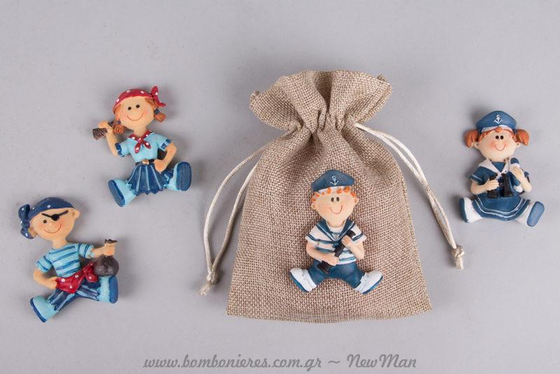 Αγορίστικη μπομπονιέρα σε πουγκί (12 x 16cm), διακοσμημένη με πολύ-μαγνητάκια (Ναυτάκια & Πειράτες) για τη βάπτιση του μικρού σας μπόμπιρα.