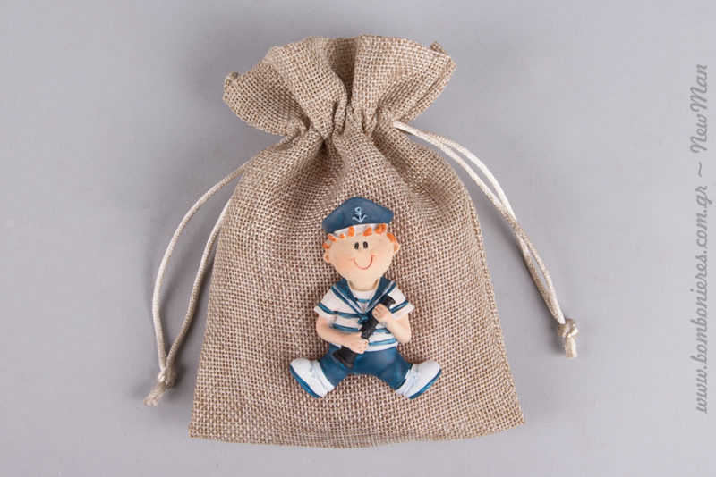 Χαρούμενο ναυτάκι-μαγνητάκι που κρατάει κυάλι για τη διακόσμηση της αγορίστικης μπομπονιέρας σε πουγκί.