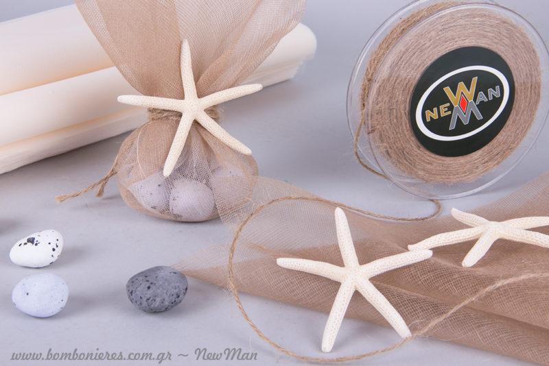Καλοκαιρινή μπομπονιέρα σε nude αποχρώσεις, διακοσμημένη με αστερία (δάκτυλο) σε λευκό χρώμα.