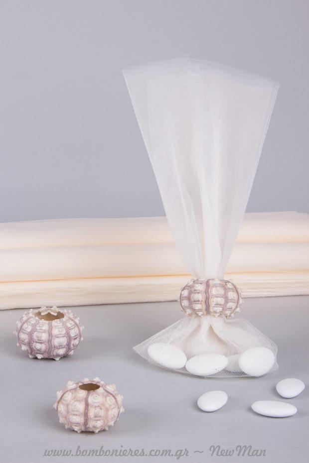 Καλοκαιρινή μπομπονιέρα γάμου με γαλλικό τούλι, διακοσμημένη με κέλυφος αχινού σπούτνικ.