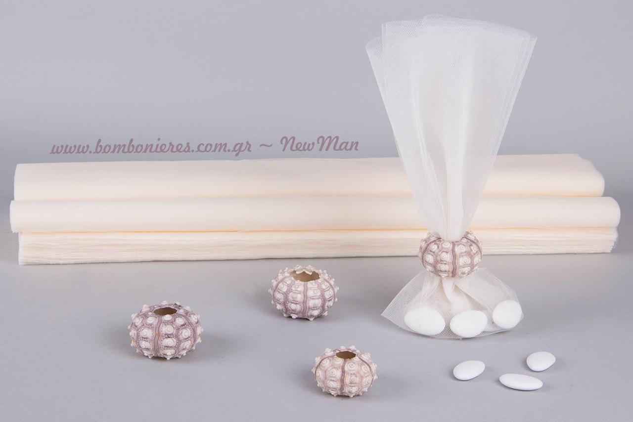 Για τη δημιουργία της θα χρειαστείτε μόνο ένα φύλλο γαλλικό τούλι, δημιουργώντας έτσι την ενδιαφέρουσα διαφάνεια στο εσωτερικό της μπομπονιέρας (κουφέτα).