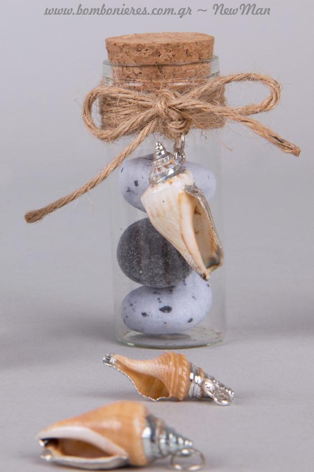 Μπομπονιέρα γάμου με γεύση θάλασσας σε γυάλινο σωλήνα, διακοσμημένο με κρεμαστά όστρακα-κοχυλάκια.